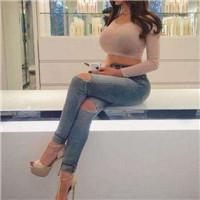 女生穿经典而又时尚的牛仔裤,可以很好修饰自